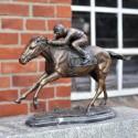 Bronzefigur 'Jockey auf Pferd im Galopp' auf Marmor-Sockel